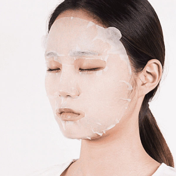 Innisfree fátyolmaszk az arcon